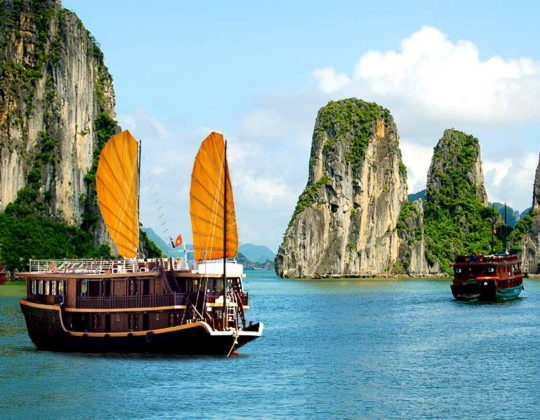 halong-bay-boats-vietnam.840x630